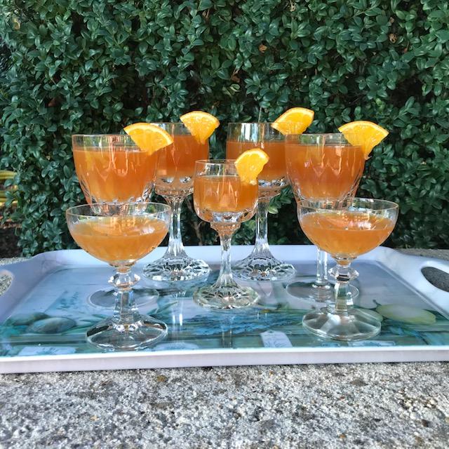 Deze afbeelding heeft een leeg alt-attribuut; de bestandsnaam is aan-tafel-met-thee-icedtea.coldbrew.rooibos.sinaasappel-2.jpg