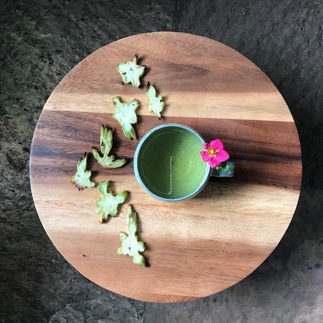 Deze afbeelding heeft een leeg alt-attribuut; de bestandsnaam is aan-tafel-met-thee-broccoli-chips-thee-kukicha-2.jpg