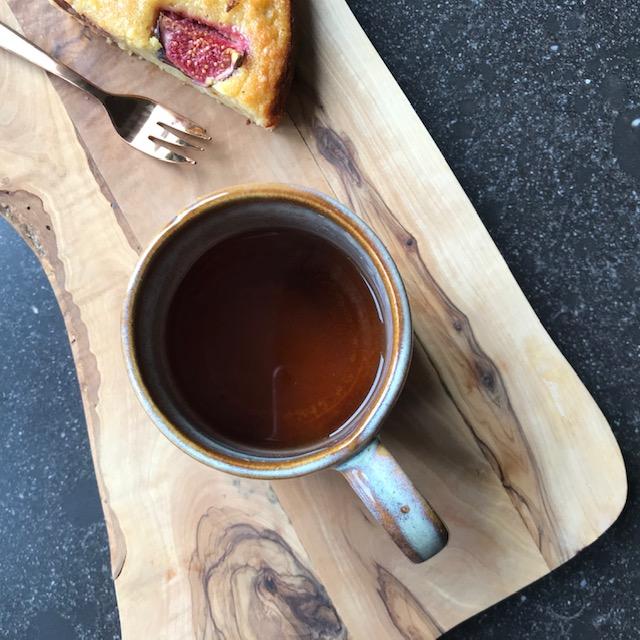 Deze afbeelding heeft een leeg alt-attribuut; de bestandsnaam is aan-tafel-met-thee-vijgen-cake-puerh-shancha.2.jpg