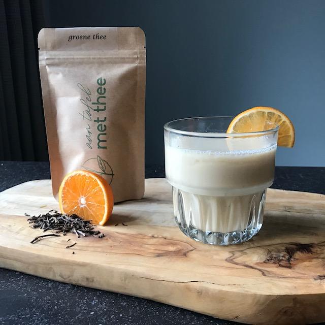 Deze afbeelding heeft een leeg alt-attribuut; de bestandsnaam is aan-tafel-met-thee-houjicha-mandarijn-latte.jpg