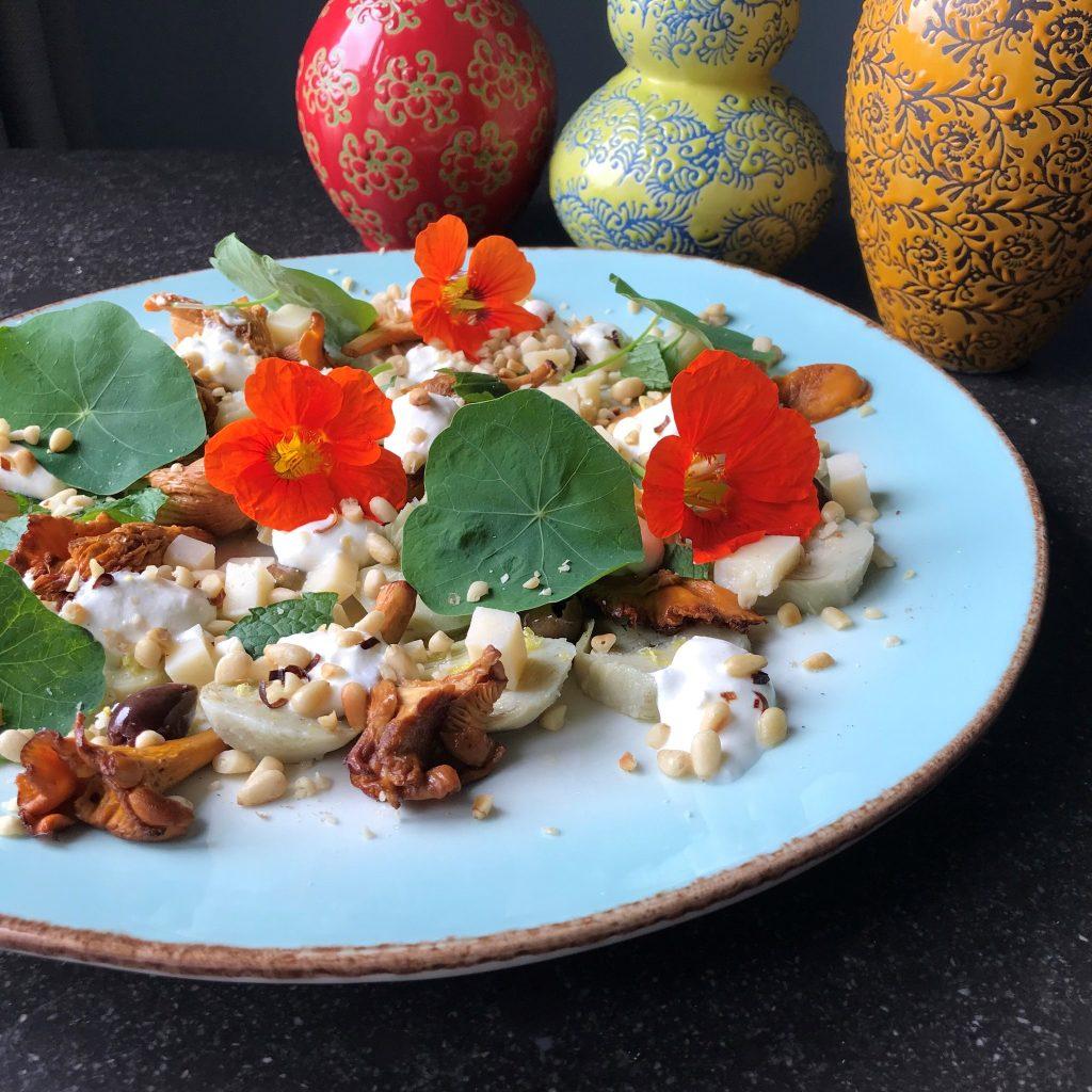 Deze afbeelding heeft een leeg alt-attribuut; de bestandsnaam is aan-tafel-met-thee-bitter-artisjok-oostindischekers-salade-1024x1024.jpg